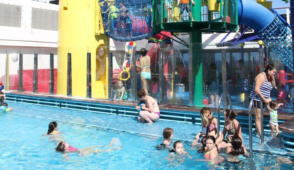 """""""Sun & Fun"""" på Norwegian Escapes utomhusdäck"""