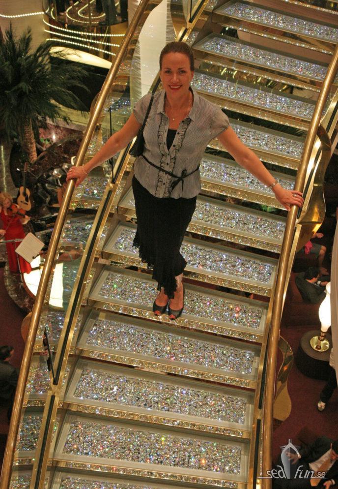 Heidi Rovén i Swarovski-trappan på MSC Splendida.