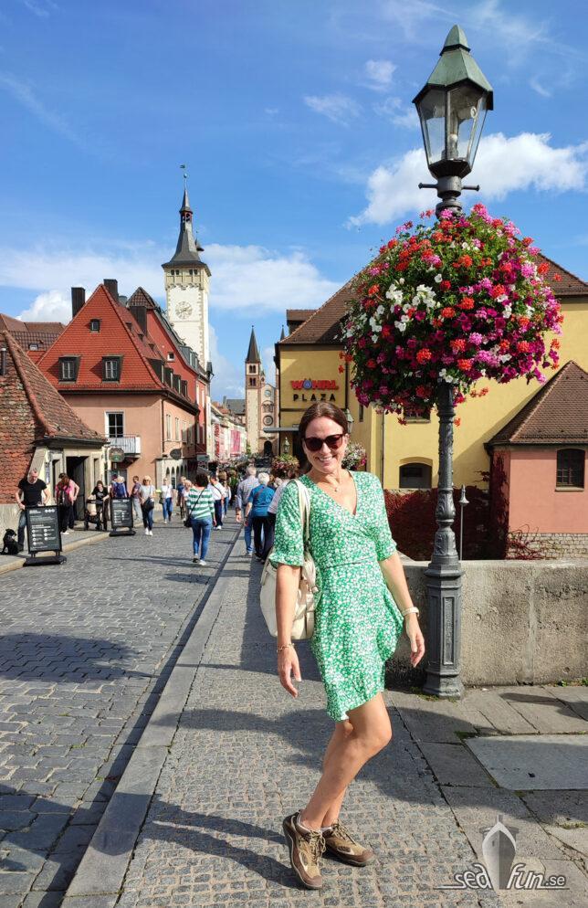 Heidi i klänning på Alte Mainbrücke