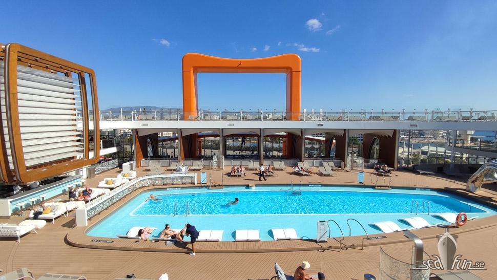 Main pool på Celebrity Apex