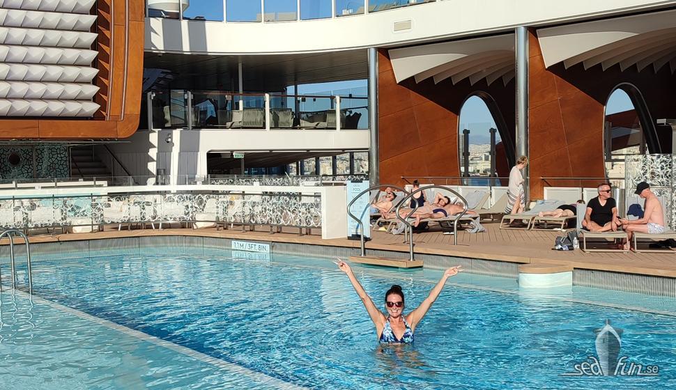 Första dagen på Celebrity Apex; pooldopp, mingel och middag på Rooftop Garden